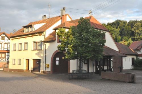 Dorfplatz mit Brunnen in Böllenborn