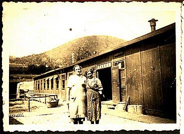um 1936, Dorfplatz mit Brunnen und Linde, Armenhaus, ehem. Spritzenhaus (Feuerwehr)